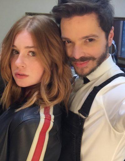 Tiago Parente corta cabelo da atriz da TV Globo Marina Ruy Barbosa