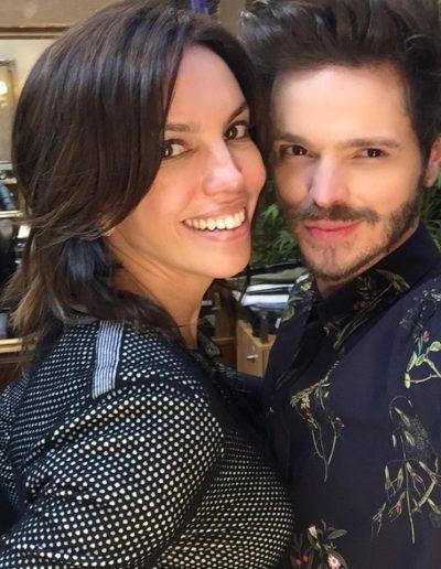 Tiago Parente corta cabelo da jornalista e apresentadora da TV Globo Ana Paula Araujo