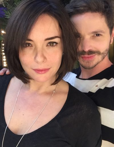 Tiago Parente corta cabelo da atriz Regiane Alves