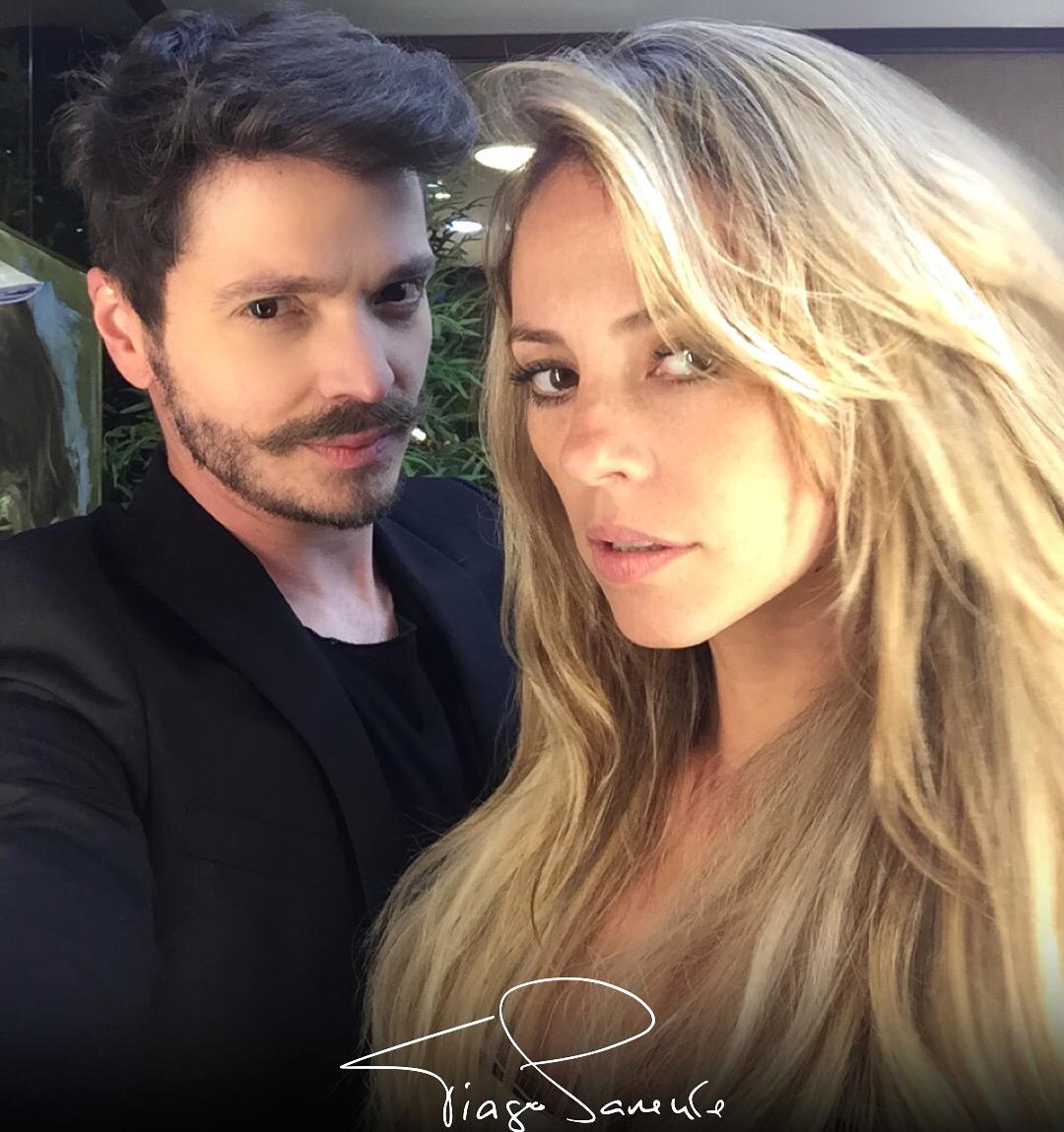 Tiago Parente corta cabelo da atriz da TV Globo Paolla Oliveira