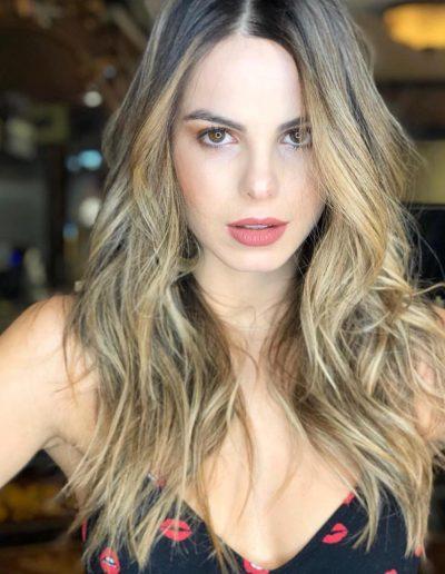 Tiago Parente corta cabelo da atriz Sthefany Brito