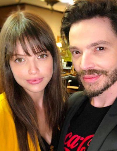 Tiago Parente corta cabelo da atriz da TV Globo Agatha Moreira