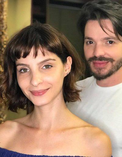 Tiago Parente corta cabelo da atriz Giselle Batista