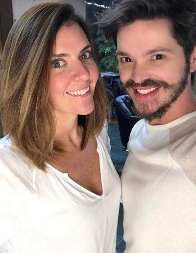 Tiago Parente corta cabelo da nutricionista Patricia Davidson
