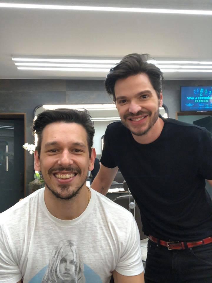 Tiago Parente corta cabelo do João Vicente